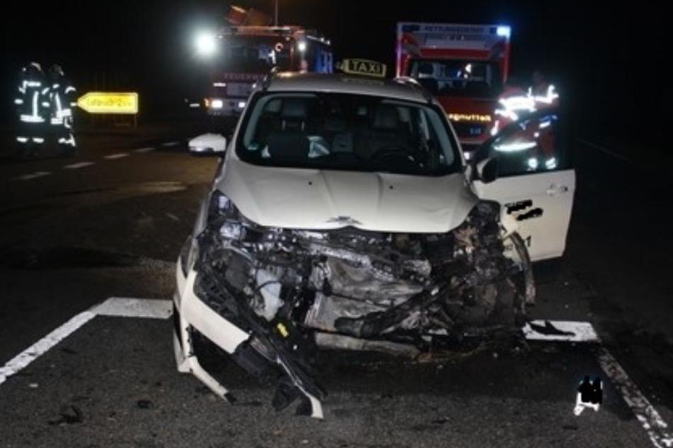 Das Taxi wurde bei dem Crash komplett zerstört.
