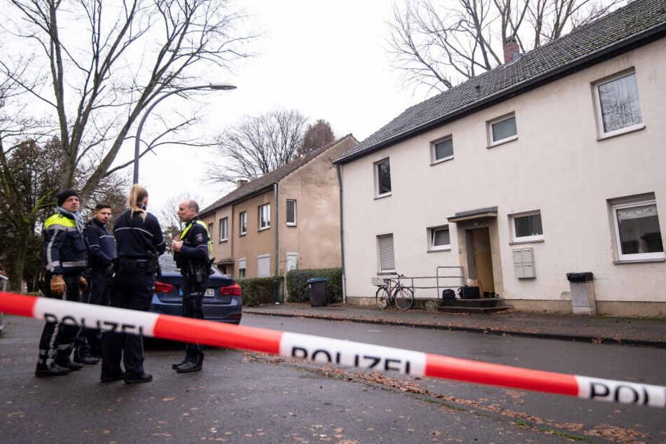 Polizisten am Tatort in Köln-Dünnwald im Dezember 2019.