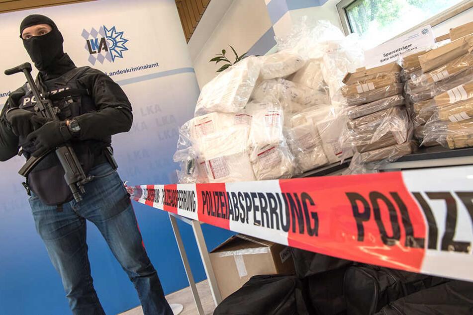 Bei einer Drogenrazzia stellte die Polizei Hunderte Kilogramm Kokain sicher.