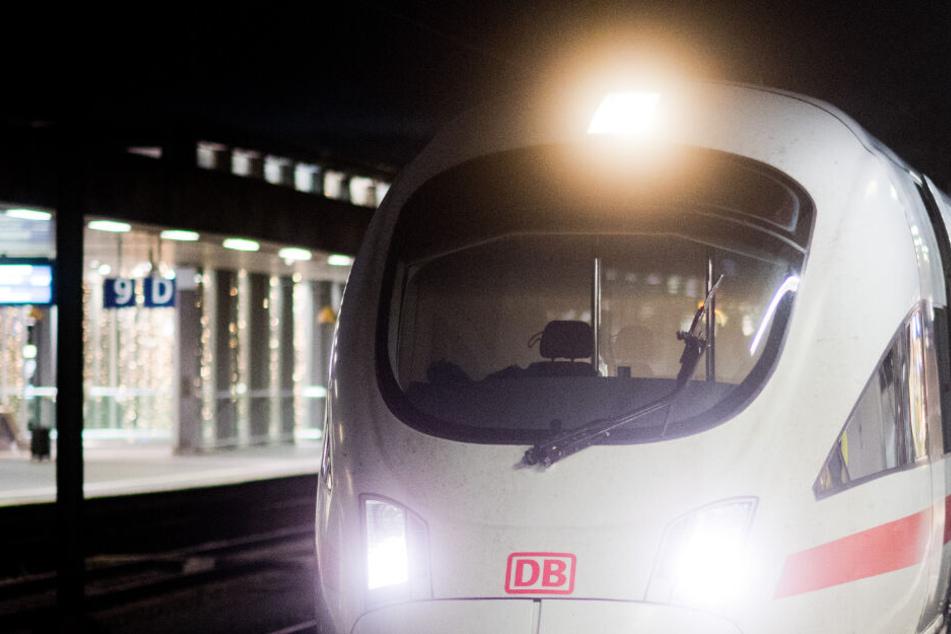 Fatale Abkürzung über die Gleise: DB-Mitarbeiter hört plötzlich Schreie