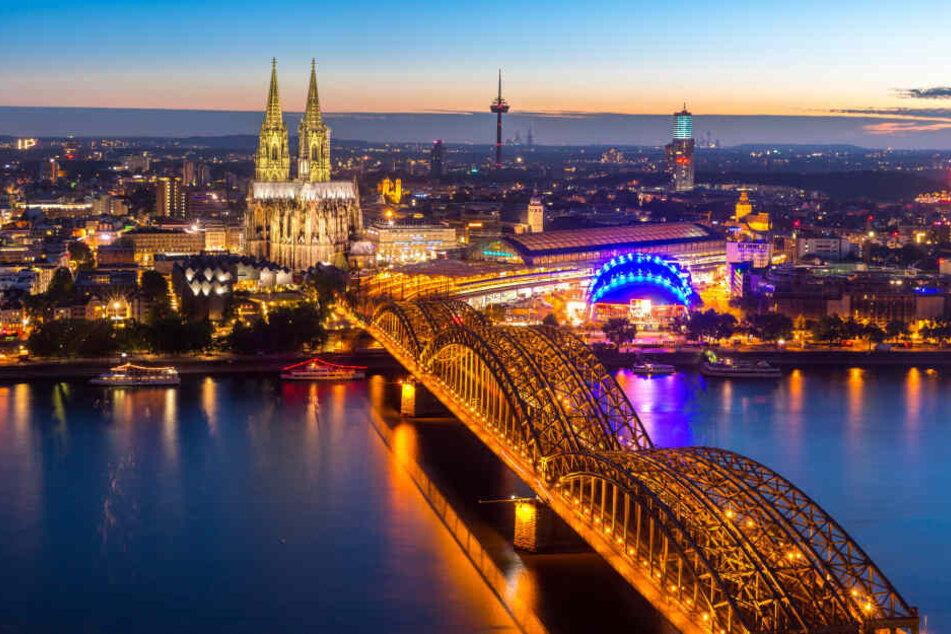 Köln am Abend: mehr als eine Million Einwohner leben in der Domstadt.