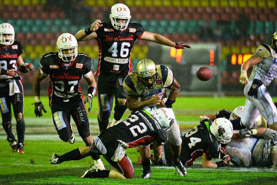 Die Entscheidung beim German Bowl 2013 zwischen den Monarchs und den Lions: Dresdens Trevar Deed (M.) wird von Christian Petersen attackiert und verliert kurz vor der Endzone den Ball.