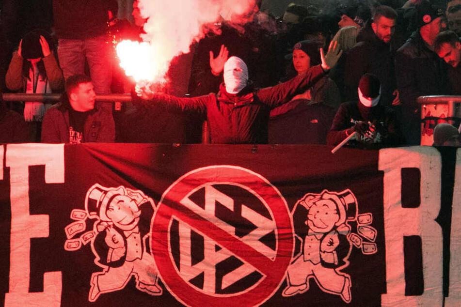 Den Anhängern der Frankfurter Eintracht drohte wegen des wiederholten Einsatzes von Pyrotechnik der Ausschluss beim Auswärtsspiel in der Europa League bei Benfica Lissabon.