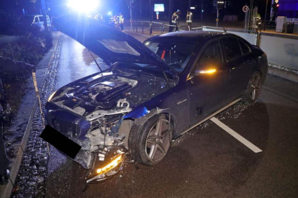 Der stark beschädigte Mercedes-AMG steht nach dem Unfall auf der Wiener Straße in Dresden.