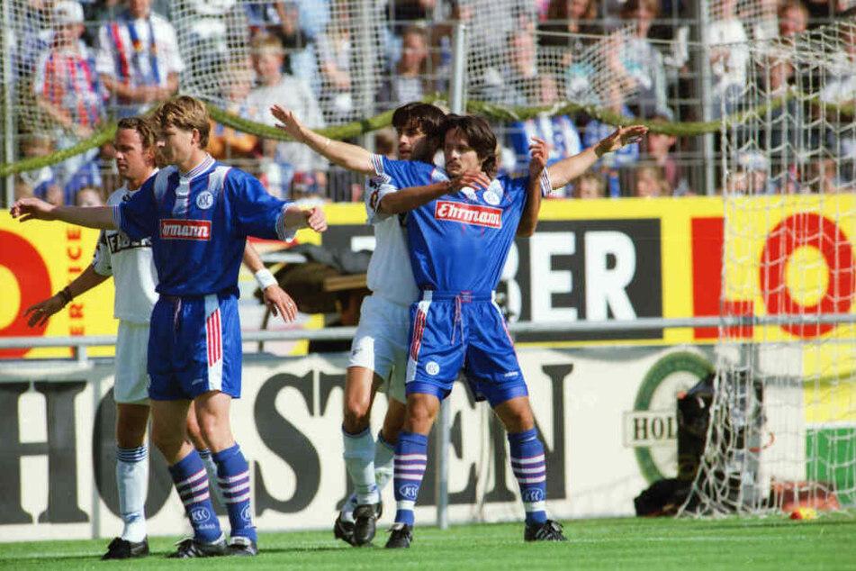 Dirk Schuster (r.) spielte in seiner letzten KSC-Spielzeit zusammen mit den späteren Champions-League-Siegern Michael Tarnat (2.v.l.) und Thorsten Fink.
