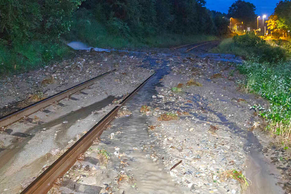 Bei dem Unwetter wurden Gleisanlagen überspült. Die Reparatur wird länger dauern, als zunächst angenommen.