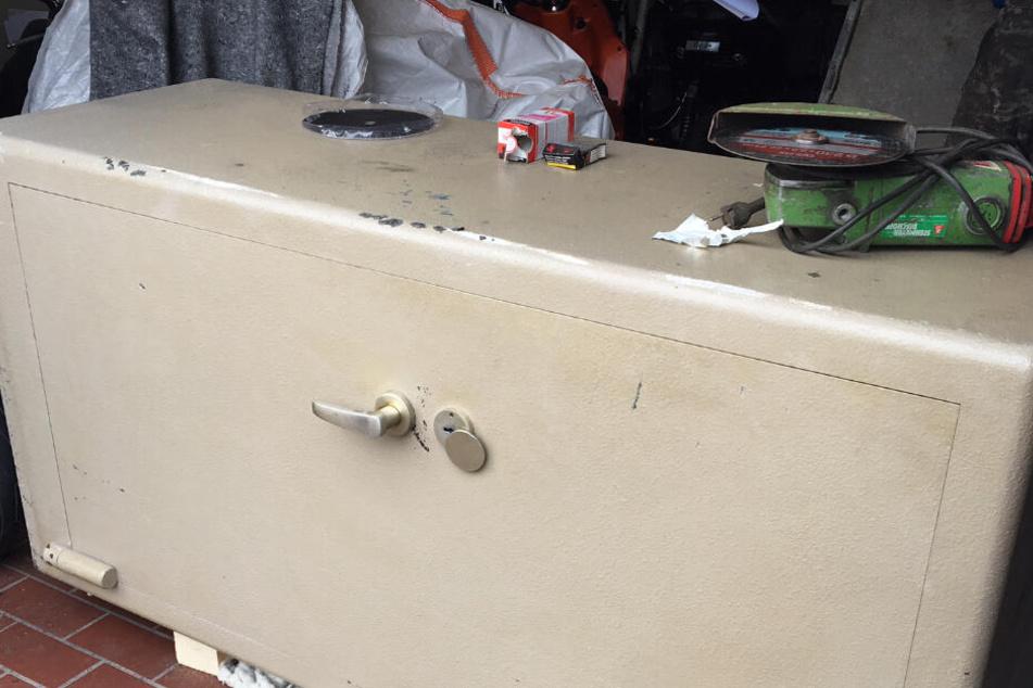 Der große Tresor-Schrank wurde geknackt, da es keinen Schlüssel mehr gab.