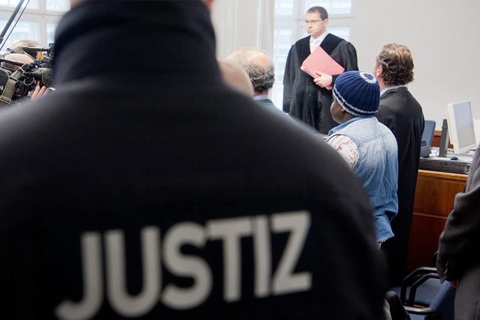 Der Angeklagte Abakar O. (2.v.r) stand am Montag vor Richter Kai Wrase im Amtsgericht in Hannover.