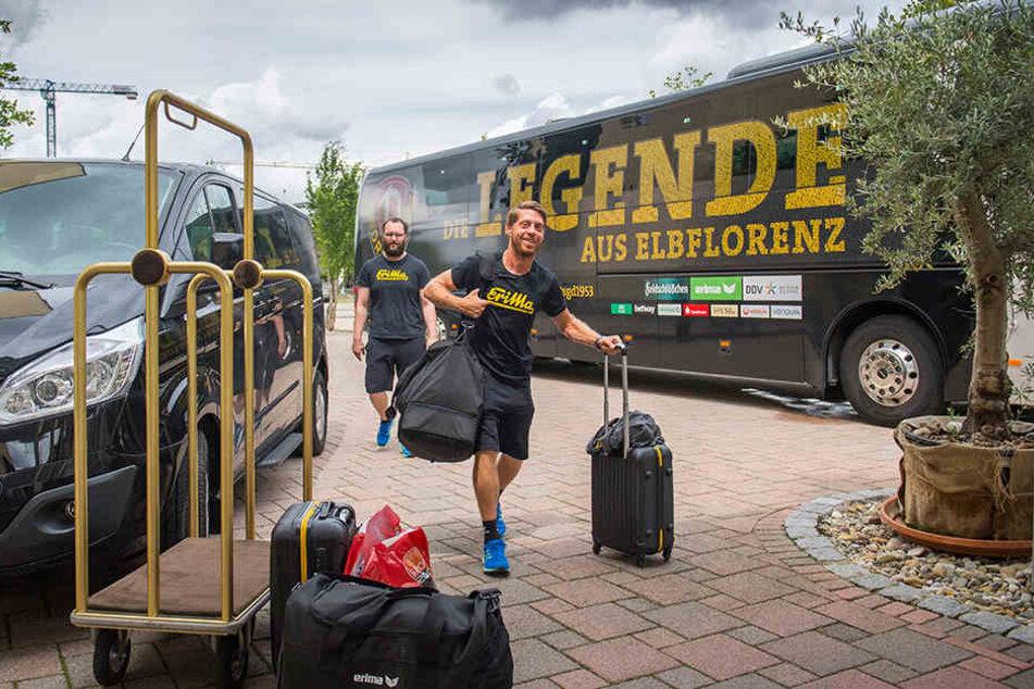 """Andreas """"Lumpi"""" Lambertz bei der Ankunft. Der Oldie strahlt übers ganze Gesicht, scheint sich auf die (schweißtreibenden) Tage in Bad Gögging zu freuen."""