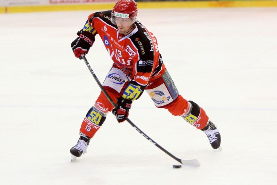 Eispiraten-Kapitän Andre Schietzold ist am Freitag nur Zuschauer. Er leidet unter einer Knochensplitterung in der Hand.