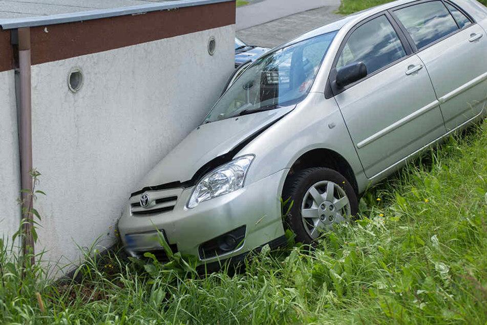 Der Toyota krachte mit voller Wucht gegen die Garage.
