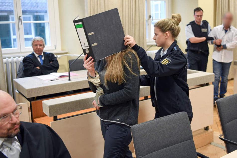 Der Gerichtssaal in Ravensburg: links die angeklagte Stieftochter (26) des Opfers, rechts der 38-jährige Angeklagte.