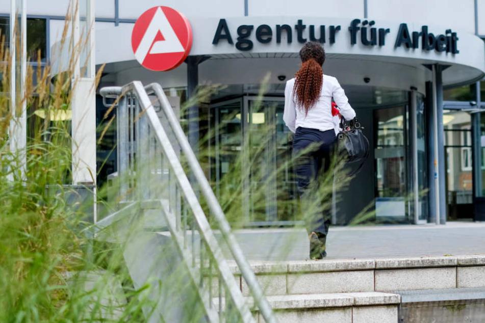 Eine Frau betritt die Agentur für Arbeit (Archivbild).