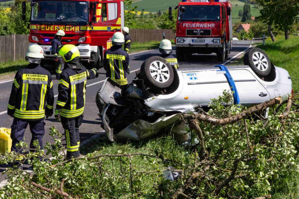 Der Mann saß fast eine Stunde schwer verletzt in dem Wagen fest.