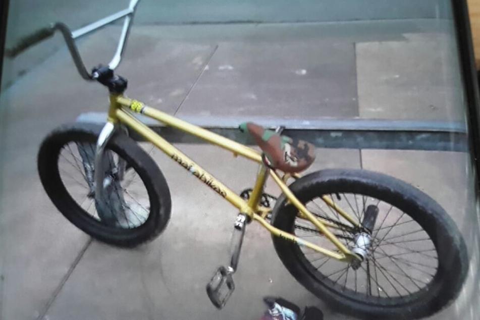Er ist oft mit seinem goldenen BMX-Bike unterwegs.