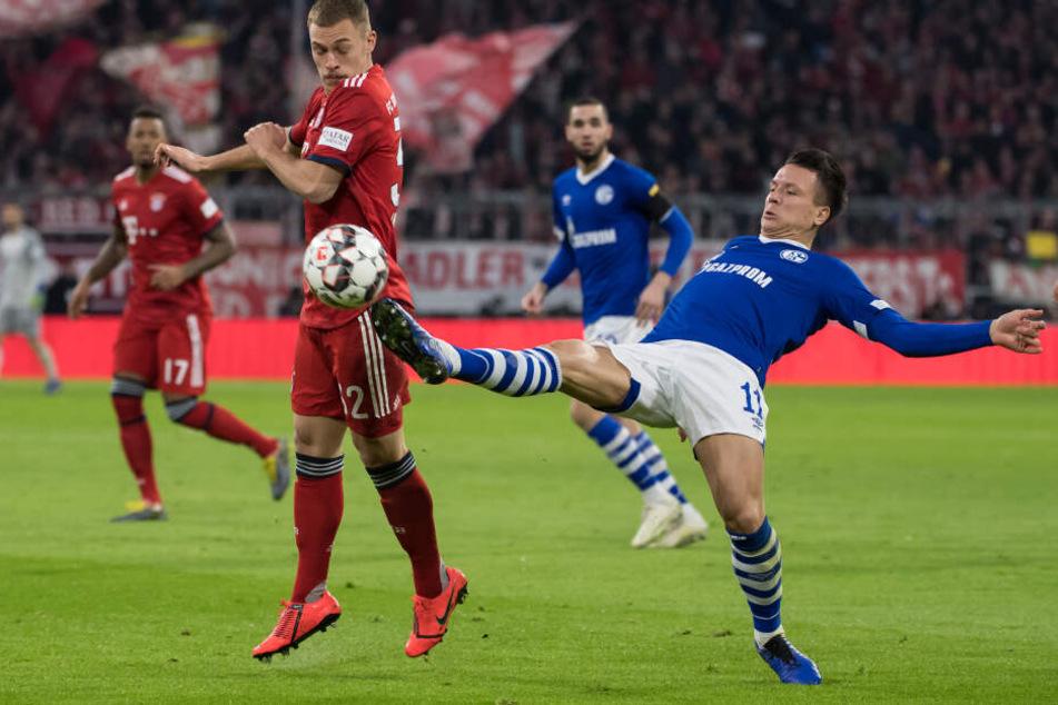 Joshua Kimmich (l) im Bundesliga-Duell gegen Schalke: Der Außerverteidiger geht vorbelastet in die Champions League Party gegen Liverpool.