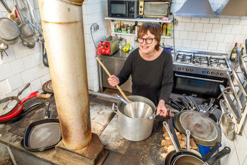 """Gekocht wird bis heute mit einem alten Kohle-Herd. """"Sowas wird mittlerweile wieder in moderne Küchen eingebaut, wir haben unseren nie ausbauen lassen"""", sagt Heike Brendel (57)."""