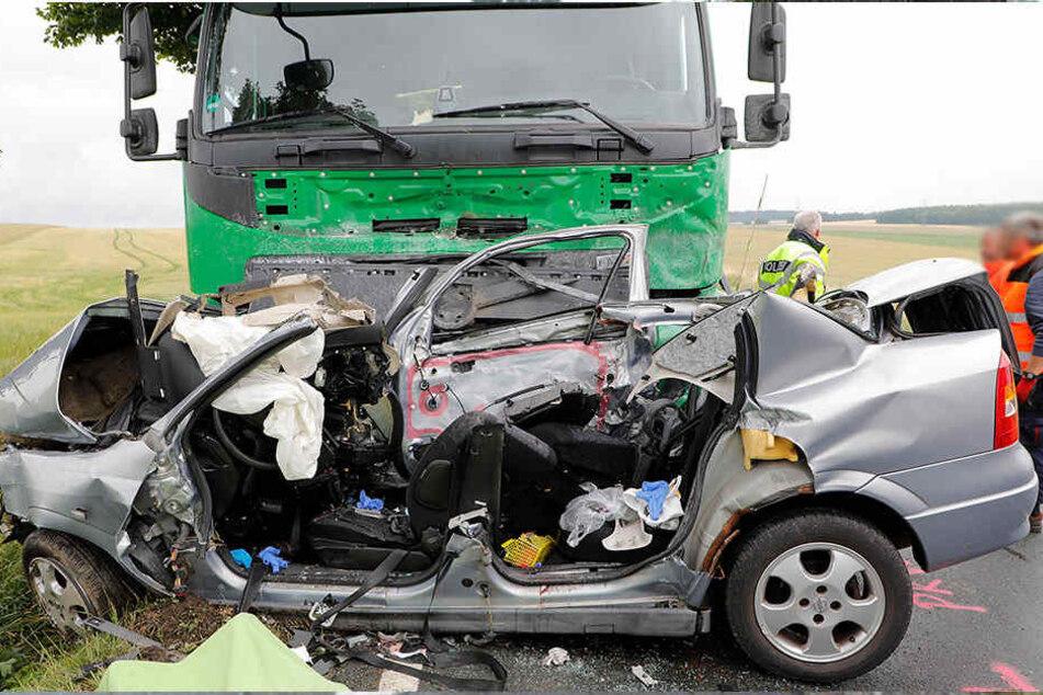 Die Opel-Fahrerin erlitt bei dem Unfall schwere Verletzungen, an denen sie noch am Unfallort verstarb.