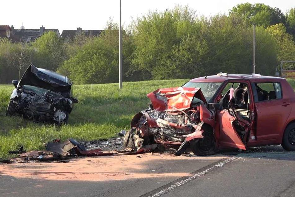 Beide Wagen waren nach dem Unfall schwer beschädigt.