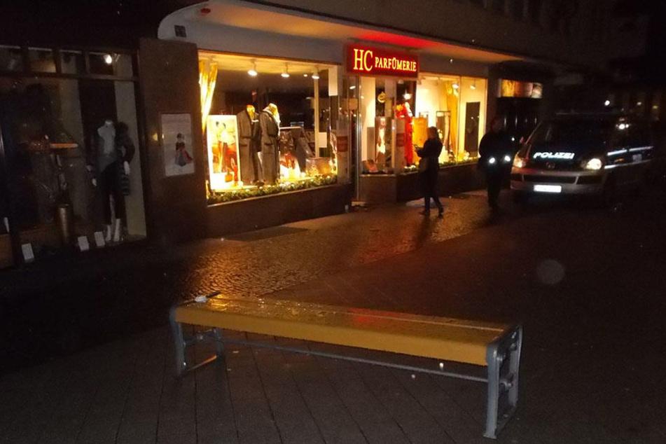 Ob die Einbrecher die Parkbank auf die Straße stellten, um der Polizei den Weg zu versperren, konnte bisher nicht geklärt werden.