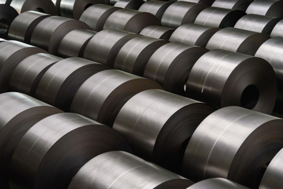 Auf den 30-Jährigen stürzten tonnenschwere Metallrollen. (Symbolbild)