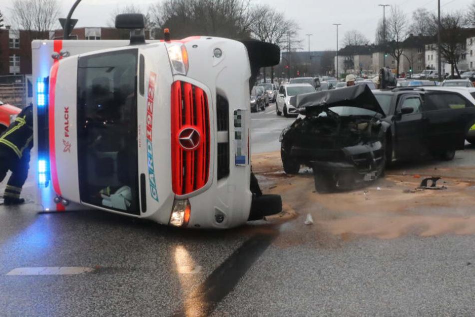 Rettungswagen kippt nach Unfall auf Kreuzung um