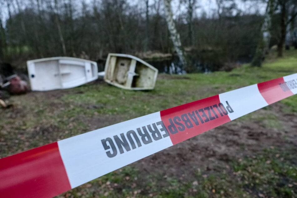 Passanten haben am Dienstagnachmittag am Ufer eines kleines Teiches in Eilenburg einen leblosen Mann entdeckt. (Symbolbild)