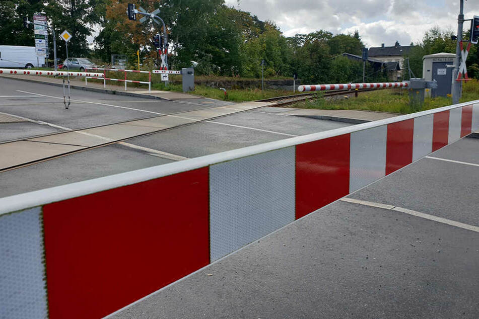 Nichts geht mehr: Die Schranken an dem Bahnübergang sind geschlossen.