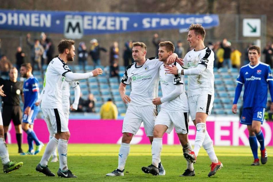 Jena feiert den 1:1-Ausgleichstreffer durch Dominik Bock.