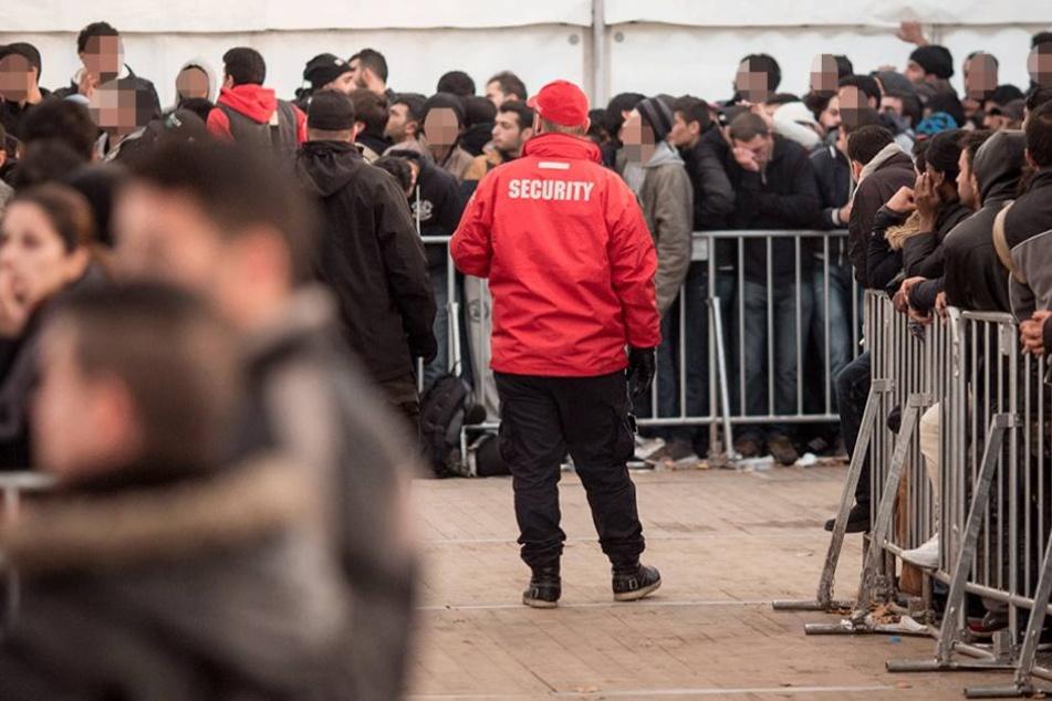 Asylsuchende vor der LaGeSo. Wenn sie als Flüchtlinge anerkannt sind, sind die Bezirksämter für sie zuständig.