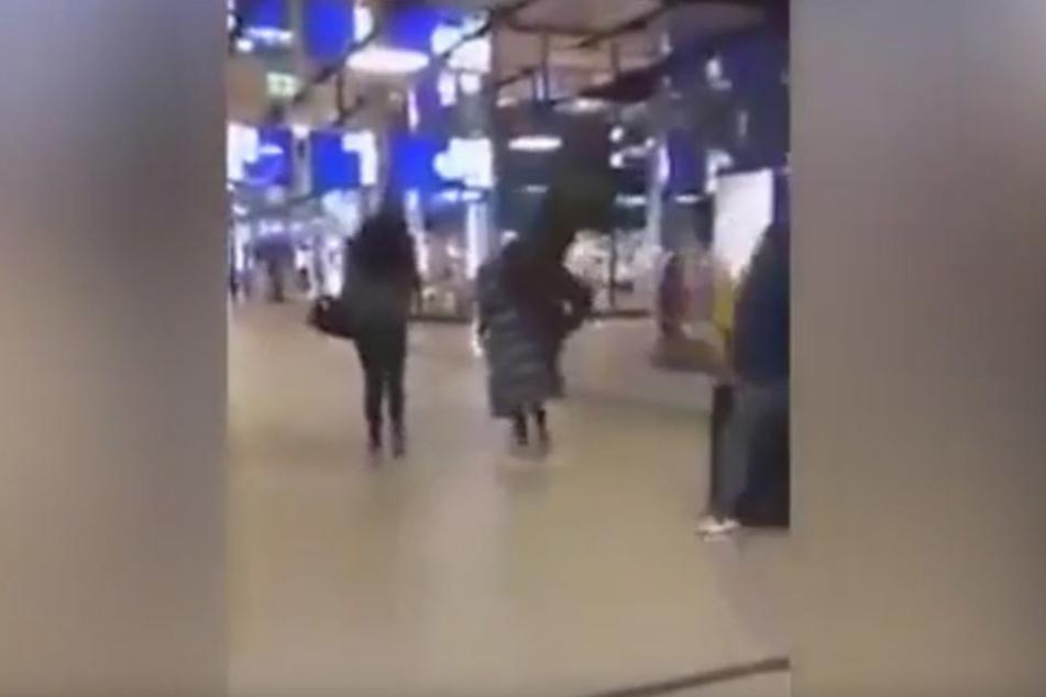 Mitten in einem Shoppingcenter sucht der Treter sich scheinbar wahllos ein Opfer.