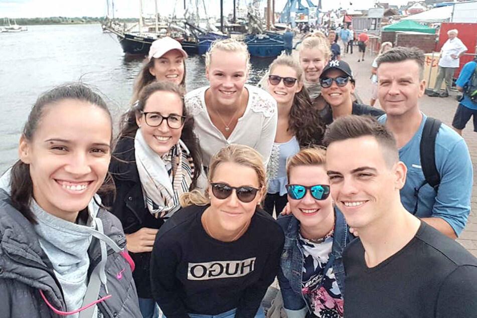 Gruppenfoto am Hafen: Der DSC hatte sichtlich Spaß in Rostock.