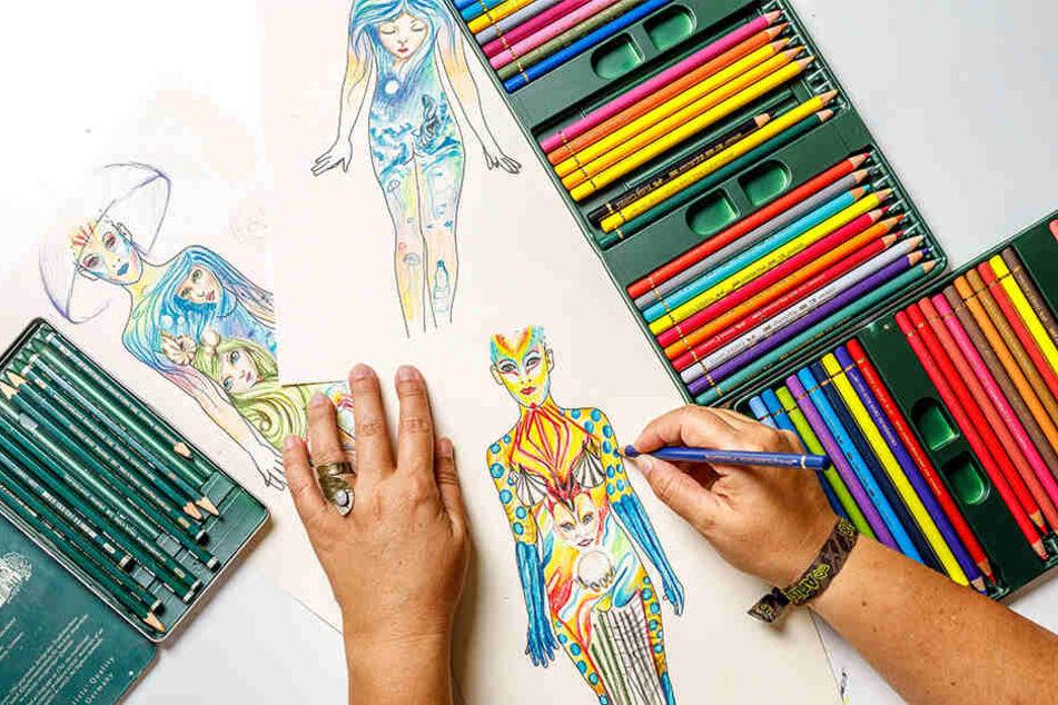 Silke Kirchhoff malt ganz klassisch mit Pinseln.