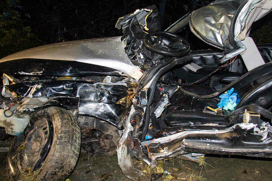 Der Opel wurde bei dem Unfall komplett demoliert.