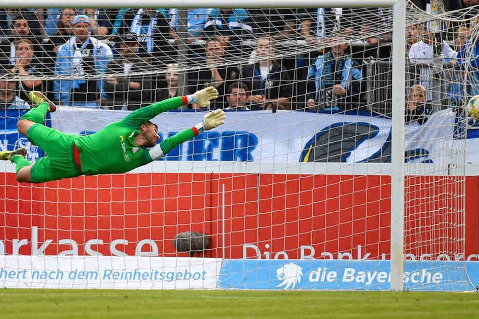 Johannes Brinkies macht sich vergeblich lang, der Ball ist im Netz. Zwickau verlor 0:3 bei 1860 München.