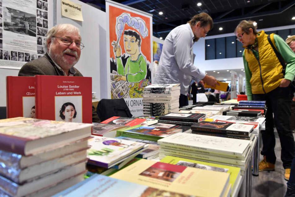 Auch im letzten Jahr ließen sich viele Besucher die Neuheiten der Verlage auf der Buchmesse zeigen.