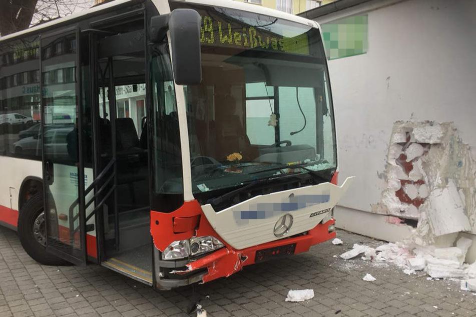 An der Albert-Einstein-Straße rammte der Bus die Wand eines Gebäudes.