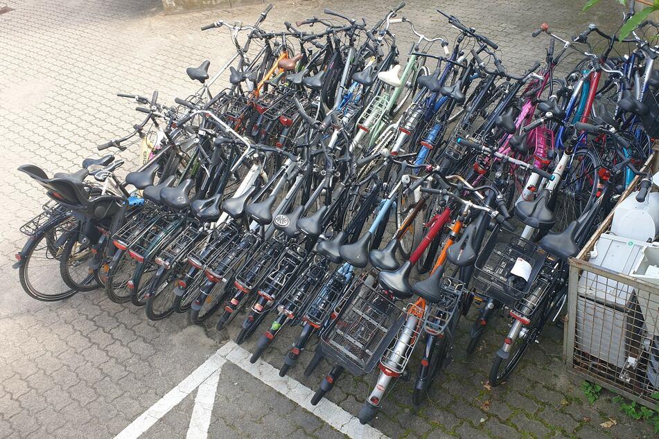 Die Beamten fanden zahlreiche wohl gestohlene Fahrräder.