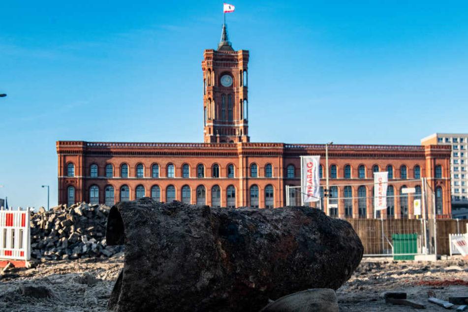 Eine Weltkriegsbombe liegt auf einer Baustelle gegenüber vom Roten Rathaus.