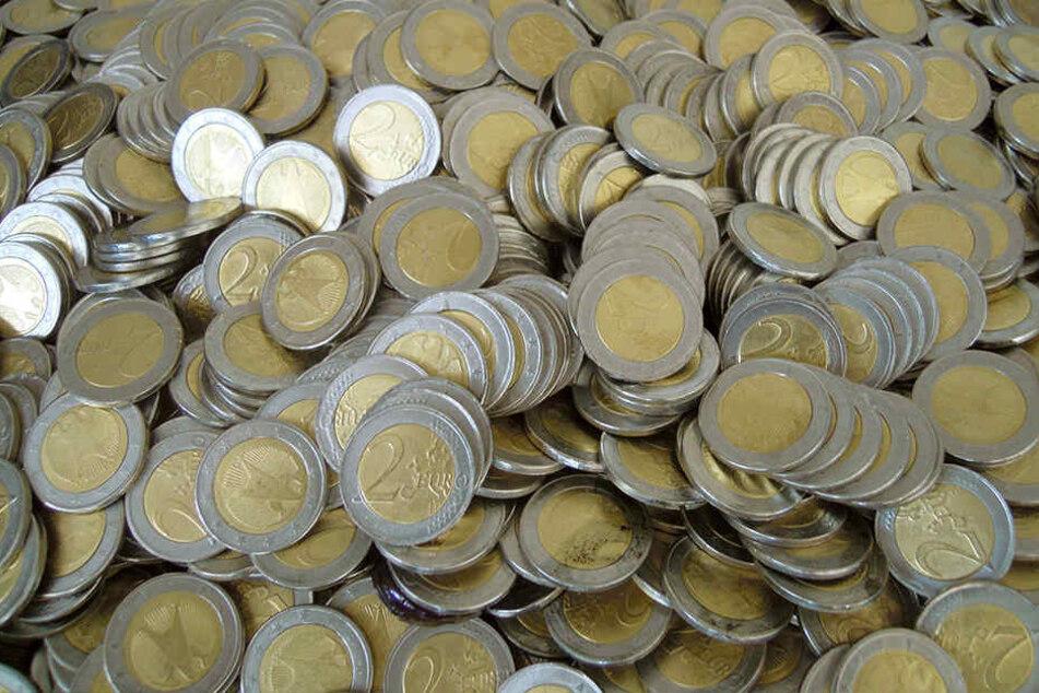 Unter den entdeckten gefälschten 2.363 Münzen sei hauptsächlich die Zwei-Euro-Münze nachgemacht worden.