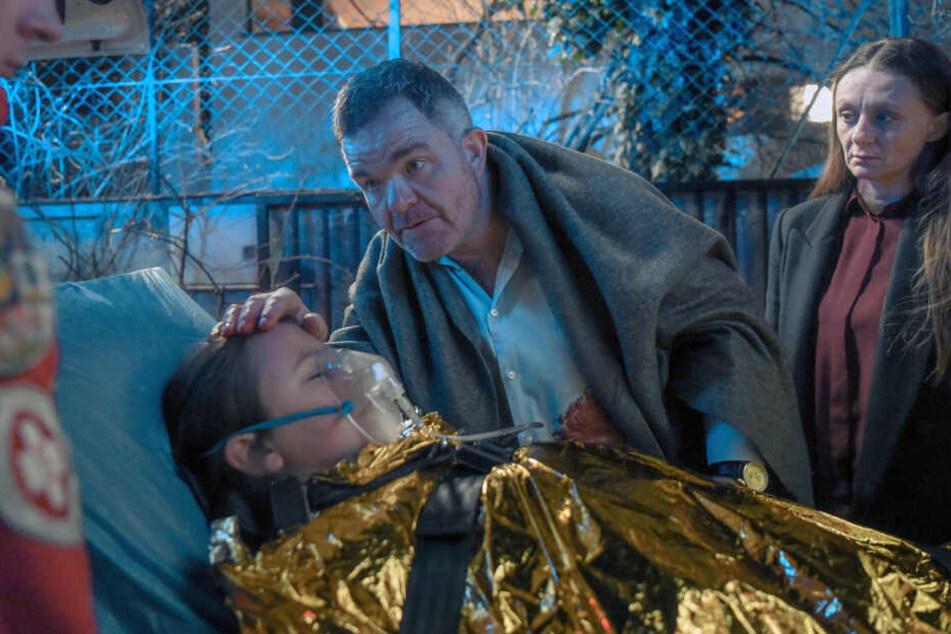 Kommissarin Soraperra (Gerti Drassl) und Politiker Ladurner (Cornelius Obonya) fürchten um dessen schwerverletzte Tochter.