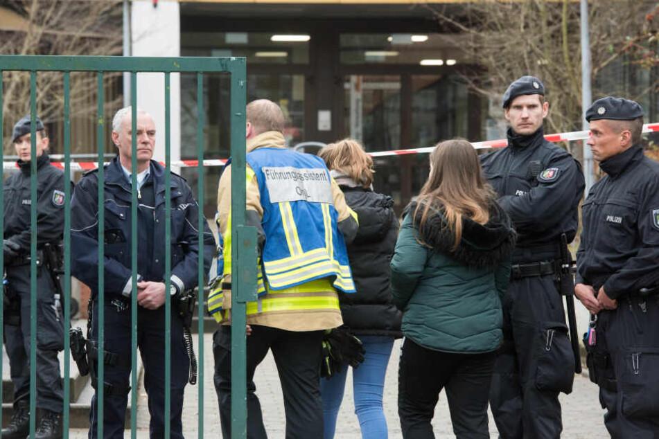 Die geschockten Mitschüler wurden unter Aufsicht von Seelsorgern vom Gelände gebracht.