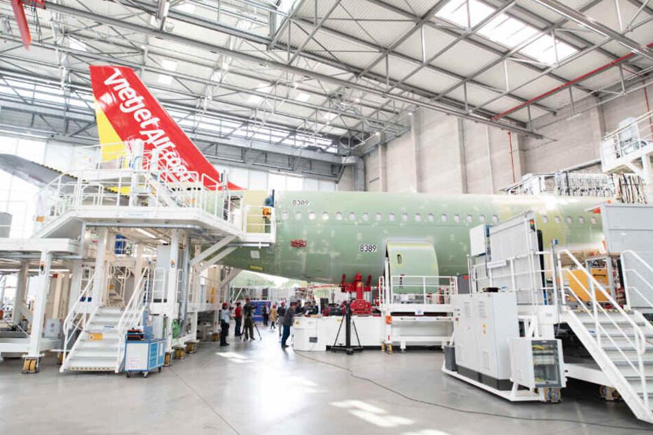 Monteure bauen einen Airbus A320 im Werk in Hamburg-Finkenwerder zusammen.