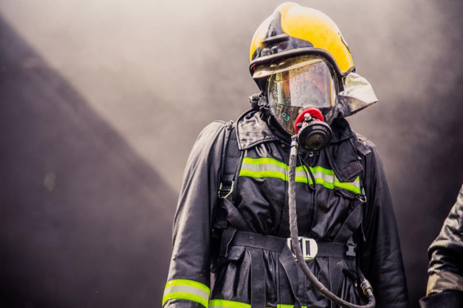 50 Feuerwehrleute waren nötig, um den Brand unter starker Rauchentwicklung in den Griff zu bekommen. (Symbolbild)
