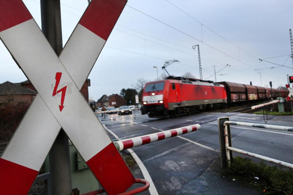 An einem Bahnübergang geschah der Unfall. (Symbolbild)