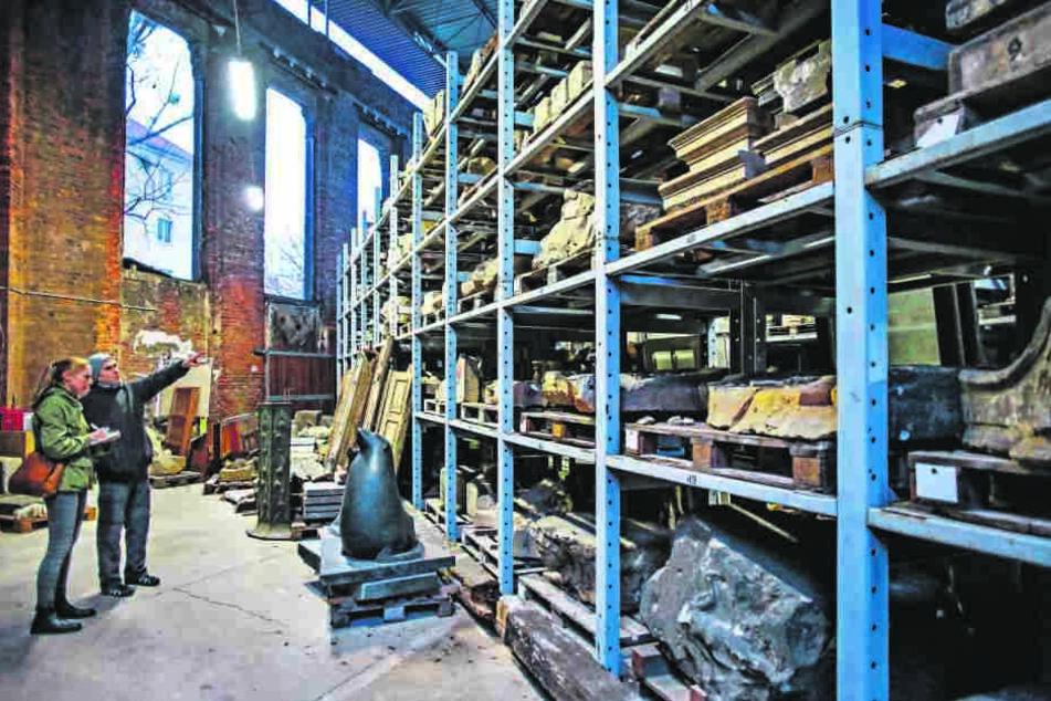 In solchen Hochregalen lagern - penibel katalogisiert - die steinernen Zeugen  früherer Epochen. Von den 7000 Steinen sind etwa 5500 registriert.