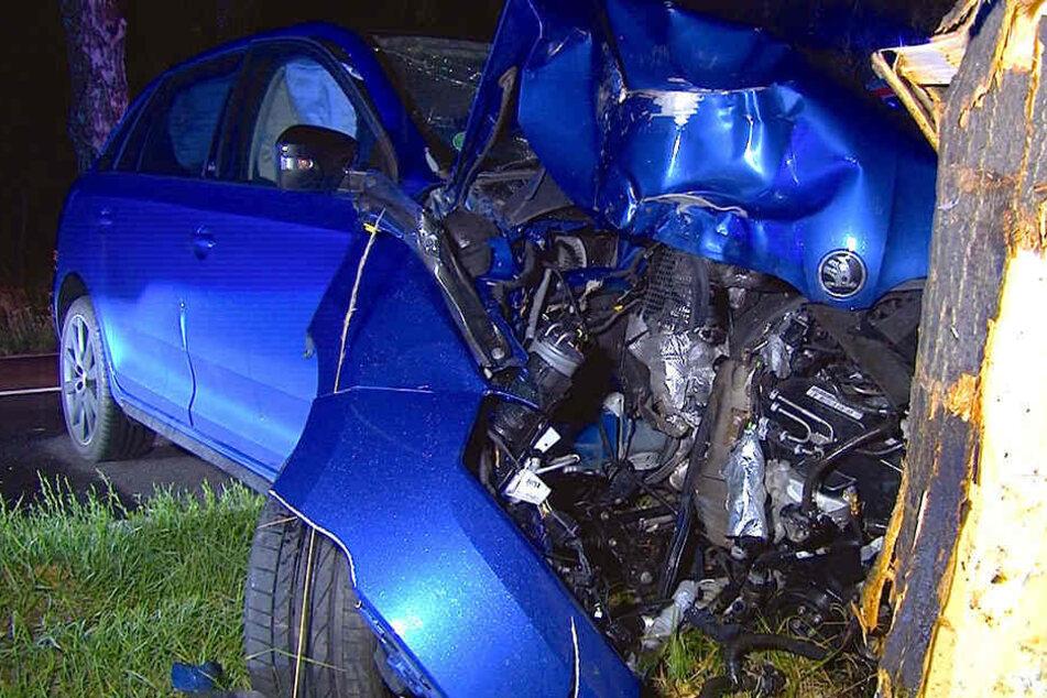 Die junge Fahrerin wurde bei dem Unfall schwer verletzt. An dem Pkw entstand ein Totalschaden.