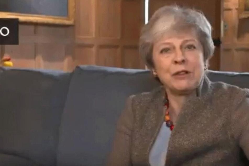 Theresa May (62) oostete das Video auf ihrem Twitter-Account.