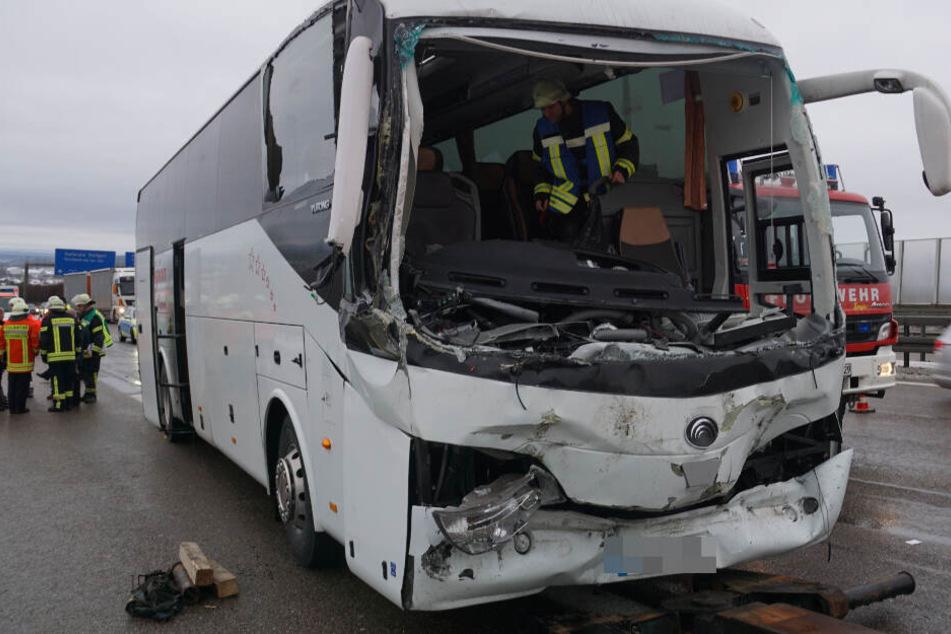 Autobahn-Crash: Busfahrer eingeklemmt und schwer verletzt