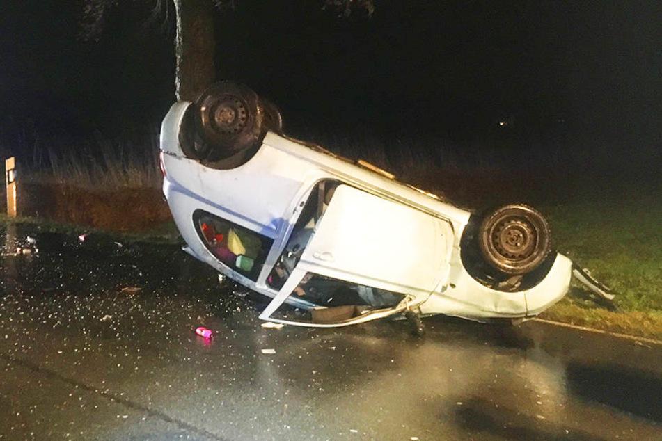 Das Auto blieb nach dem Zusammenstoß mit dem Baum auf dem Dach liegen.